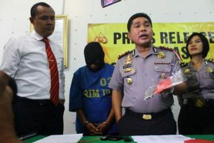 Bima Agung Santoso (38) dukun cabul yang mengaku bisa mengembalikan   keperawanan dengan ritual memasang mutiara kedalam alat kelamin pasien.