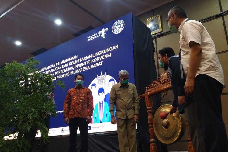 Sosialisasi CHSE untuk MICE dibuka oleh Wahyu Wijaksono dari Kemenkraf di Padang, Selasa (2/3/2021)