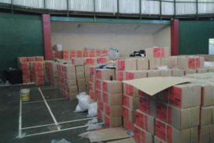 KPUD Tangerang Selatan memanfaatkan Gedung Serba Guna Kecamatan Pondok Aren untuk melakukan sortir dan pelipatan surat suara, Jumat (21/3/2014).