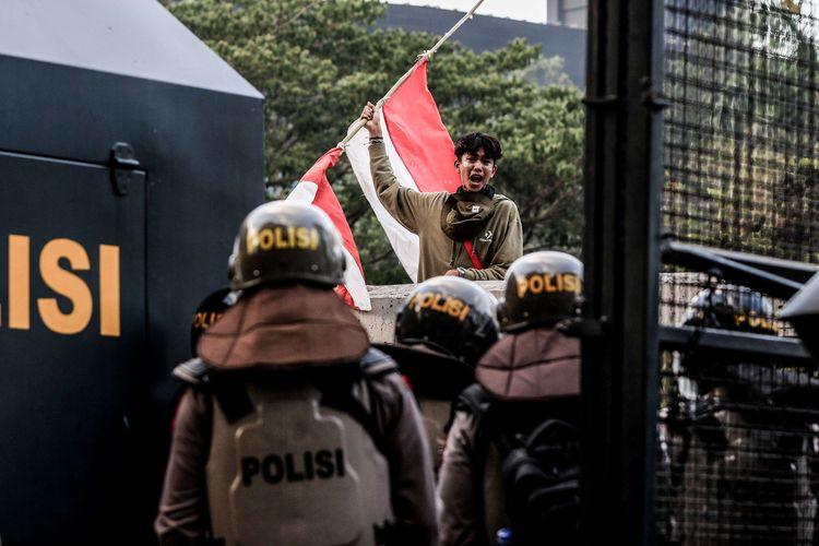 Pelajar membawa bendera merah putih saat berunjuk rasa di Senayan, Jakarta, Senin (30/9/2019). Mereka menolak Rancangan Kitab Undang-Undang Hukum Pidana (RKUHP) dan Undang-Undang Komisi Pemberantasan Korupsi (UU KPK).