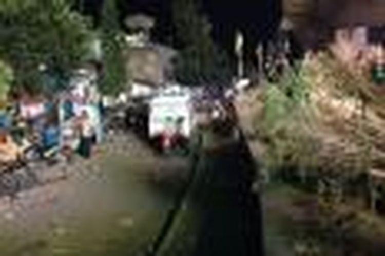 Wali Kota Bandung Ridwan Kamil memposting gambar kerusakan taman film usai nonton bareng Persib. Dalam akun instagramnya dia menuliskan kekecewaannya terhadap ulah bobotoh yang merusak sejumlah tanaman