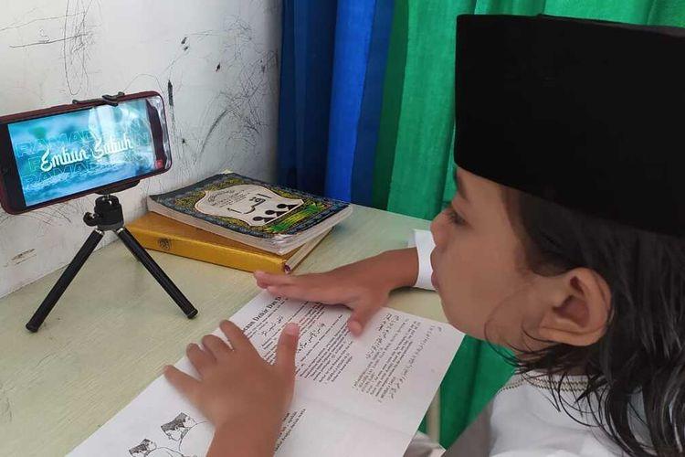 Langit (7) siswa kelas 1 SD di Purwokerto Selatan, Banyumas, Jawa Tengah antusias mengikuti program Pesantren Virtual Ramadan, Selasa (13/4/2021).