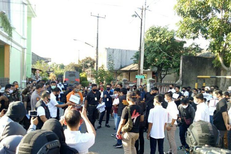 Rekonstruksi rencana penyerangan kelompok John Kei terhadap kelompok Nus Kei. Rekonstruksi itu dilakukan di rumah John Kei Jalan Tytyan Indah Utama X, Bekasi, Jawa Barat, Senin (6/7/2020).