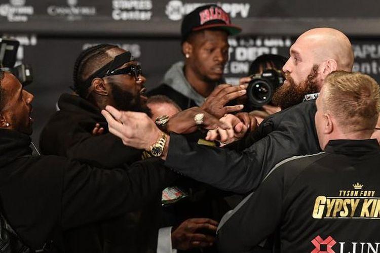 Kubu dua petinju kelas berat Deontay Wilder dan penantangnya, Tyson Fury terlibat pertikaian dalam konferensi pers jelang pertarungan mereka pada 1 Desember mendatang.