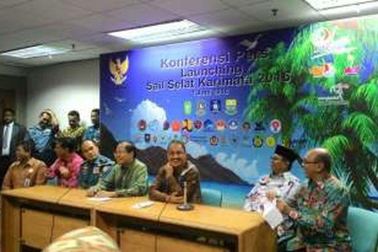 Menteri Koordinator Kemaritiman Rizal Ramli dan Menteri Pariwisata Arief Yahya bersama para bupati yang terlibat acara Sail Selat Karimata, Jakarta, Rabu (1/6/2016)