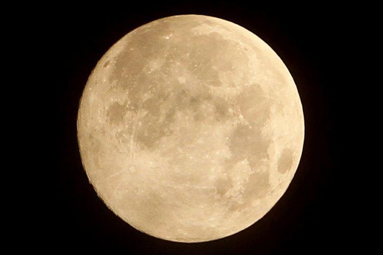 Bulan purnama (supermoon) terlihat di Desa Alue Raya, Kecamatan Samatiga, Aceh Barat, Aceh, Rabu (8/4/2020). Badan Meteorologi Klimatologi dan Geofisika (BMKG) menyebutkan fenomena bulan purnama perige atau supermoon yang terlihat pada pukul 01.08 WIB dengan jarak 356.910 km dari Bumi merupakan puncak supermoon pada 2020.