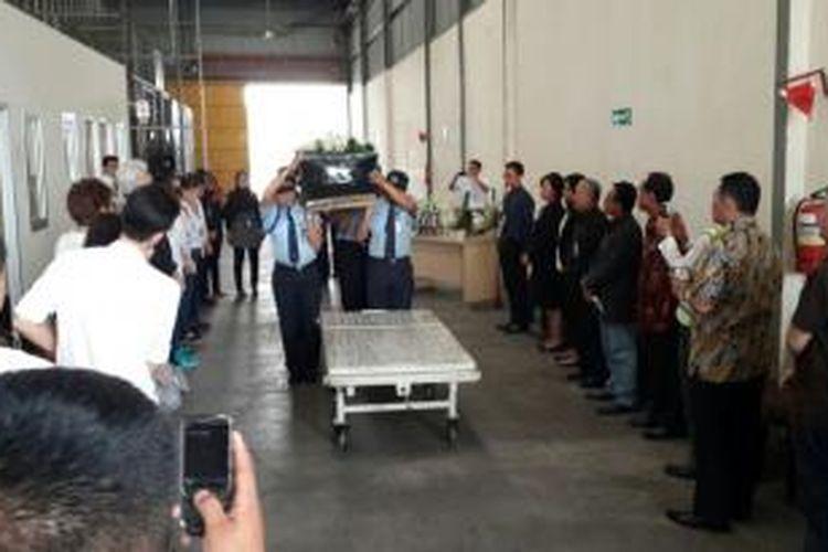 Jenazah Gerda Lahenda diserahterimakan dari pihak maskapai Malaysia Airlines kepada keluarga di kawasan kargo Bandara Soekarno Hatta, Tangerang, Kamis (30/10/2014).