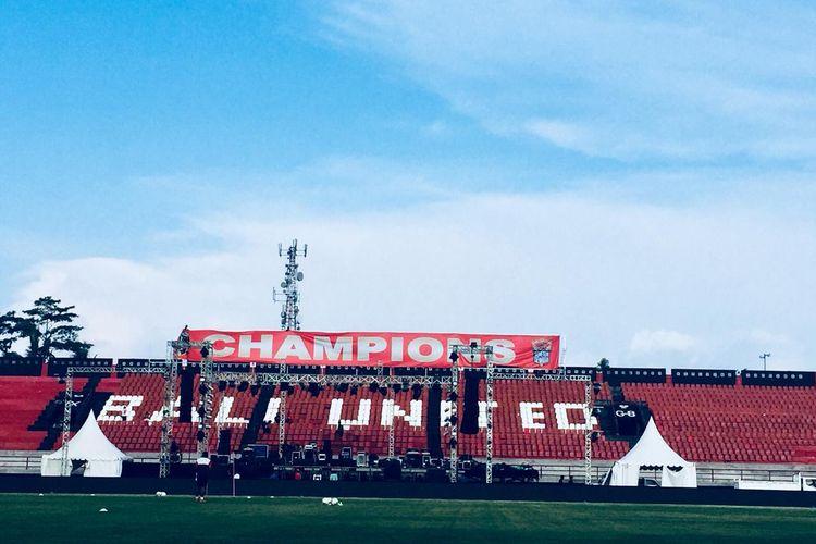 Persiapan perayaan Bali United Juara Liga 1 2019 di Stadion Kapten I Wayan Dipta Gianyar, Bali, Sabtu (21/12/2019) sore.