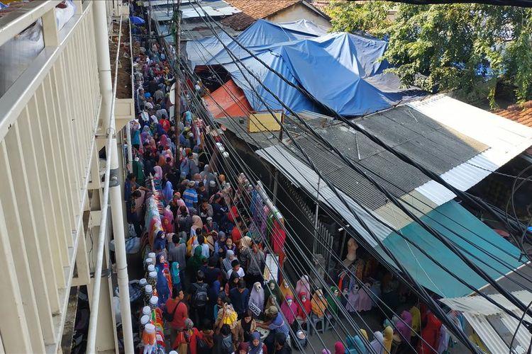 Selasa (28/5/2019) atau H-7 Lebaran, PKL di trotoar Jalan Jatibaru di bawah Skybridge Tanah Abang, Jakarta Pusat tampak berjejalan dan dikerubungi oleh pembeli yang tak kalah banyak jumlahnya.