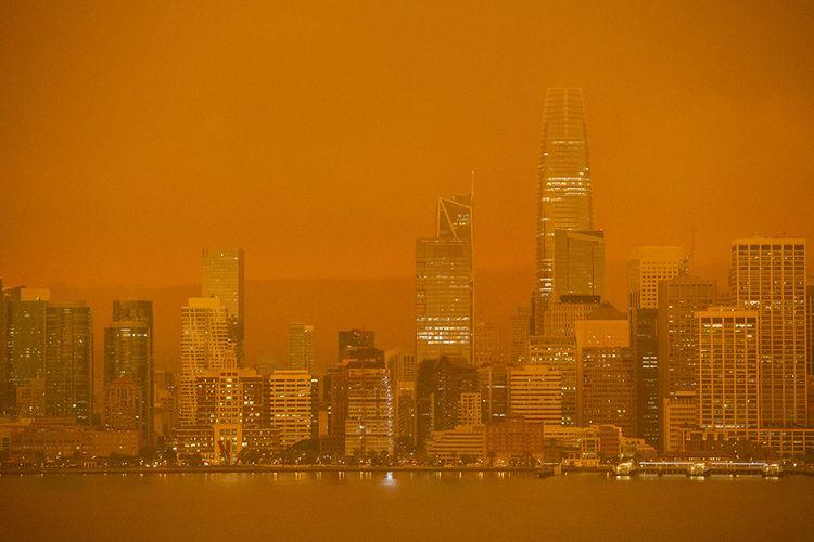 Suasana di San Francisco, California, AS, dengan langit berwarna oranye yang dipenuhi asap pekat dari kebakaran lahan, Rabu (9/9/2020). Kebakaran terbesar dalam sejarah California itu dilaporkan telah menghancurkan 470 ribu hektar vegetasi kering dan 3,1 juta hektar lahan terbakar.