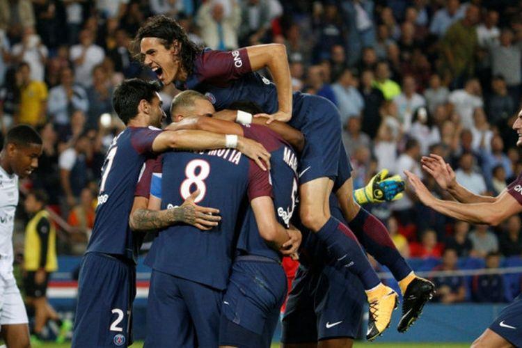 Para pemain Paris Saint-Germain merayakan gol yang dicetak Thiago Motta (tengah) ke gawang Saint-Etienne dalam laga Liga Prancis di Stadion Parc des Princes, Paris, pada 25 Agustus 2017.