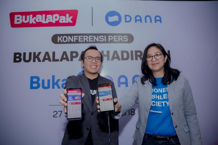 Fajrin Rasyid, Co-Founder dan President Bukalapak (kiri) & Chrisma Albandjar, Chief Communication Officer DANA (kanan)  menunjukkan fitur Buka Dana di aplikasi Bukalapak.