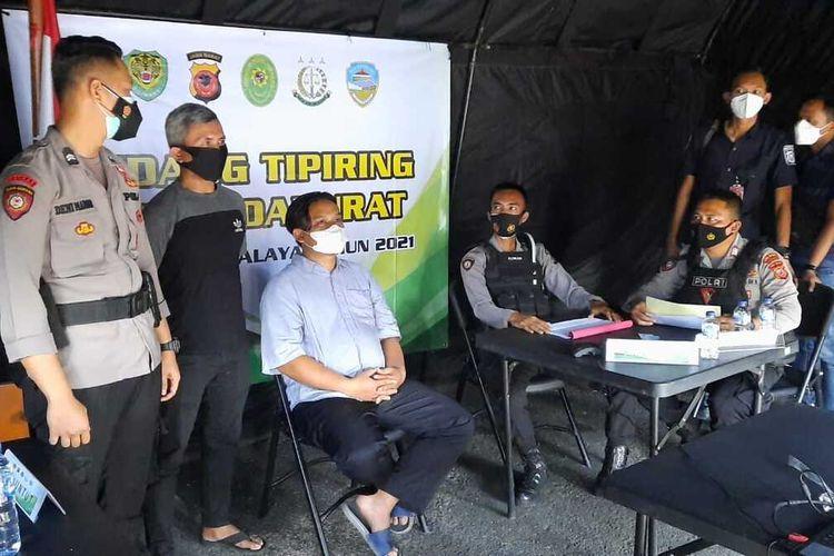 Foto-foto jalannya persidangan virtual bagi pelanggar prokes terhadap terdakwa pengusaha bubur terkenal di Kota Tasikmalaya saat PPKM Darurat di depan Taman Kota Tasikmalaya, Selasa (6/7/2021).