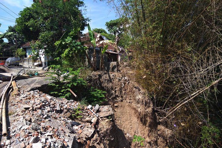 Kawasan di bantaran Sungai Gandong Kabupaten Magetan yang sempat longsor pada awal tahun lalu, dengan datangnya musim hujan membuat warga di sekitar kawasan rawan longsor menjadi was was.