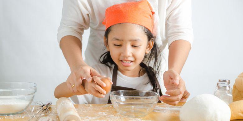 Ilustrasi seorang anak ikut memasak bersama ibunya di dapur.