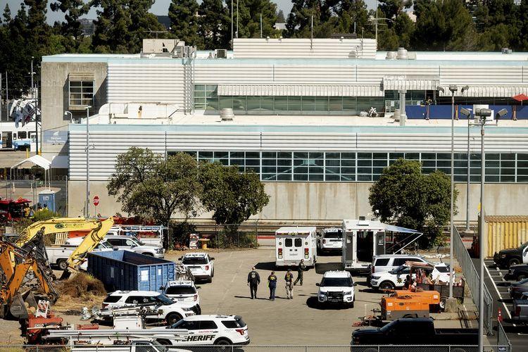Aparat keamanan berada di TKP penembakan California di Valley Transportation Authority (VTA), San Jose, California, Amerika Serikat, Rabu (26/5/2021). Penembakan ini menewaskan delapan orang, termasuk penembak yang bunuh diri.