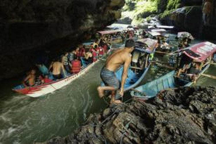 Perahu tambat di Green Canyon, Cijulang, Pangandaran, Jawa Barat, Sabtu (4/5/2013). Obyek wisata ini menawarkan keindahan dinding bebatuan yang ditutupi lumut dan wisatawan dapat menikmatinya dengan menyusuri sungai menggunakan perahu.