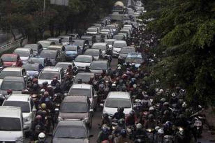 Pengguna kendaraan bermotor tersendat di Jalan Jenderal Basuki Rachmat, Jakarta Timur, Senin (5/3/2013). Buruknya sistem transportasi massal di ibu kota dan pertambahan kendaraan yang tak terkendali semakin menambah kemacetan parah tiap hari.