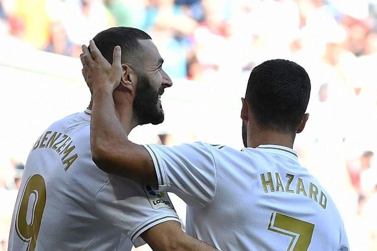 Eden Hazard menyelamati Karim Benzema yang mencetak gol pada pertandingan Real Madrid vs Granada di Stadion Santiago Bernabeu dalam lanjutan La Liga Spanyol, 5 Oktober 2019.