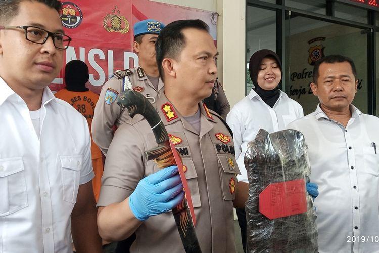 Aparat kepolisian Polres Bogor menampilkan dua pelaku berinisial RZ (29) dan DF (28) pelaku pembunuhan pria yang mayatnya ditemukan di Tol Bocimi Bogor, Jawa Barat, Senin (28/10/2019).