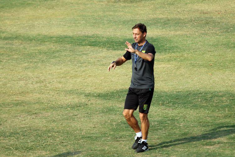 Wolfgang Pikal, asisten pelatih baru Persebaya Surabaya Alfred Riedl pertama kali memimpin latihan di  Lapangan Mapolda Jawa Timur Surabaya, Rabu (04/05/2019) sore.