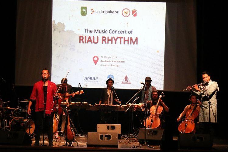 Riau Rhythm, kelompok musik dari Kota Pekanbaru, Riau, yang tampil memukau dengan memadukan unsur musik folklore tradisi melayu dengan alat musik barat.