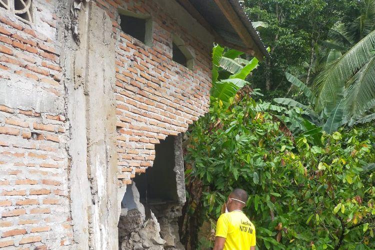 Salah satu rumah warga mengalami kerusakan akibat diterjang longsor yang terjadi di Kecamatan Kelimutu, Kabupaten Ende, Provinsi Nusa Tenggara Timur, Minggu (1/8/2021).
