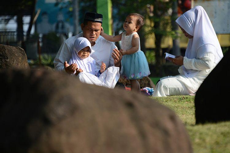 Warga berdoa untuk keluarganya saat ziarah di kuburan masal tsunami Ulee Lheue, Banda Aceh, Aceh, Kamis (26/12/2019). Kegiatan zikir dan berdoa itu dalam rangka memperingati 15 tahun peristiwa bencana gempa dan tsunami pada 26 Desember 2004 di Aceh.