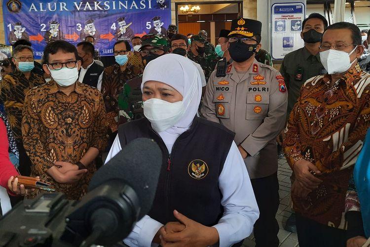 Gubernur Jawa Timur Khofifah Indar Parawansa saat meninjau vaksinasi oleh IKA UB di Kampus Universitas Brawijaya (UB) Kota Malang, Sabtu (18/9/2021).