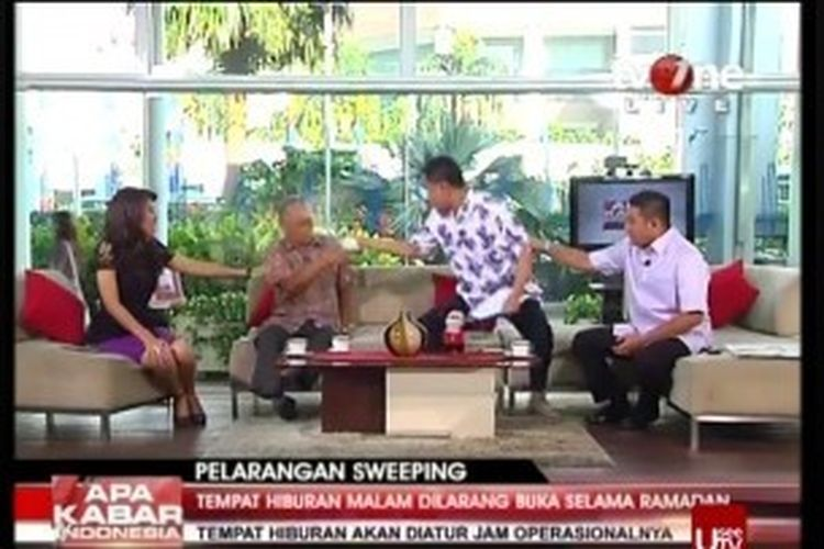 Munarman menyiram secangkir air ke wajah Tamrin Amal Tomagola, saat keduanya hadir sebagai narasumber pada acara Apa Kabar Indonesia Pagi yang disiarkan langsung oleh TVOne, Jumat (28/6/2013).