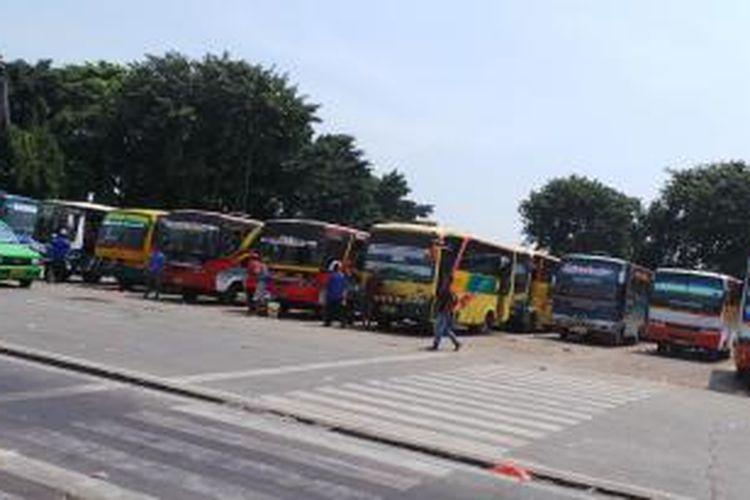 Suasana arus balik Terminal Kalideres, Jakarta Barat, Minggu (11/8/2013).