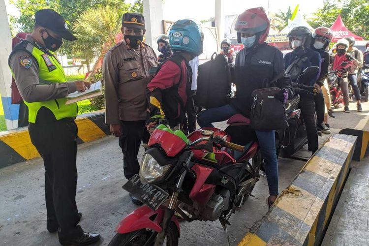 Pemudik terjaring penyekatan di posko Ajibarang, Kabupaten Banyumas, Jawa Tengah, Senin (10/2011).