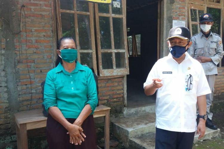 Ngadiyem (baju biru) dan Wakil Bupati Gunungkidul Immawan Wahyudi (baju putih) Saat Mengunjungi Ngadiyem di Kecamatan Panggang, Gunungkidul Selasa (6/5/2020)