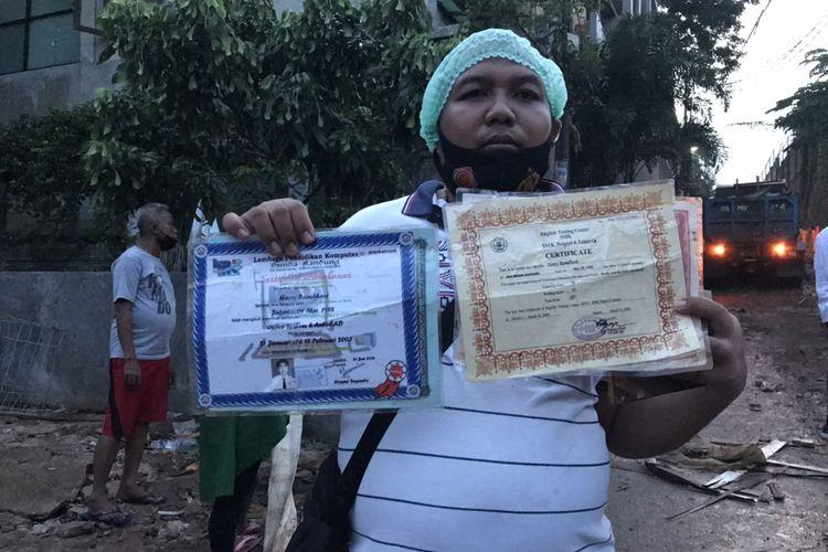 Tangan Harry Ramdhani (32) tampak sibuk memegang beberapa lembar ijazah dan foto jelang senja Senin (12/10/2020) kemarin. Di tangannya itulah, beberapa dokumen yang bisa terselamatkan dari musibah banjir.