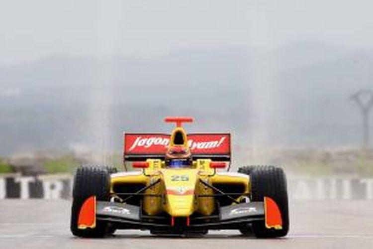 Aksi Sean Gelael di lintasan basah pada race kedua Formula Renault 3.5 yang berlangsung di sirkuit Motorland Aragon, Spanyol