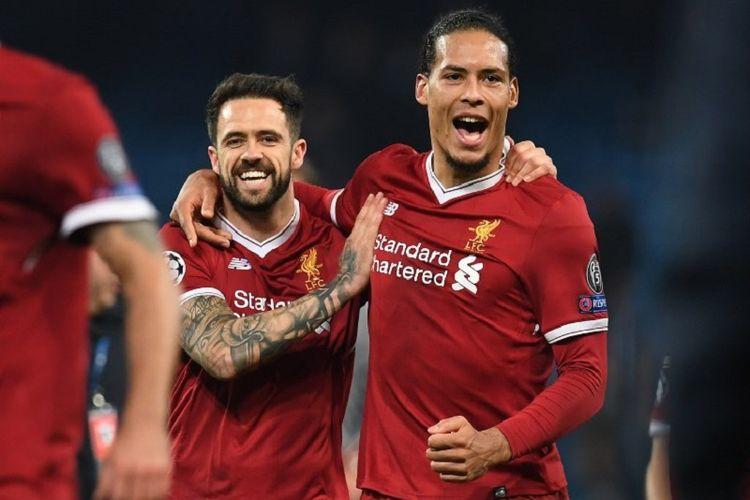 Danny Ings dan Virgil van Dijk merayakan keberhasilan Liverpool menyisihkan Manchester City pada perempat final Liga Champions di Stadion Etihad, Selasa (10/4/2018).