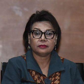 Wakil Ketua KPK Basaria Panjaitan menyaksikan penyidik KPK menunjukkan barang bukti uang hasil operasi tangkap tangan (OTT) di PN Tangerang saat konferensi pers di gedung KPK, Jakarta, Selasa (13/3/2018).  Dari OTT tersebut, KPK menetapkan empat tersangka yakni penerima suap hakim Pengadilan Negeri (PN) Tangerang Wahyu Widya Nurfitri dan Panitera Pengganti  Tuti Atika serta pemberi suap dua pengacara Agus Wiratno dan HM Saifudin terkait putusan perkara perdata di PN Tangerang.