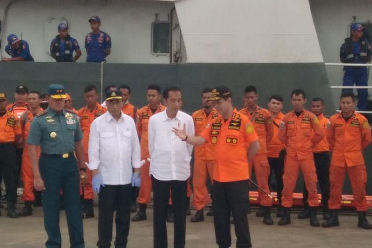 Presiden Joko Widodo (Jokowi) meninjau posko JICT II, Tanjung Priok, Jakarta Utara, yang menjadi salah satu lokasi pencarian jatuhnya pesawat Lion Air JT-610.  Jokowi tiba sekira pukul 16.10 WIB, Selasa (30/10/2018) sore dengan menggenakan kemeja putih lengan panjang khasnya.