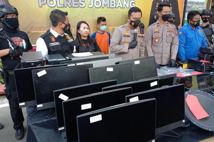 Kapolres Jombang AKBP Agung Setyo Nugroho saat merilis penangkapan pelaku pencurian di 22 sekolah, di Kabupaten Jombang Jawa Timur, Kamis (13/9/2021).