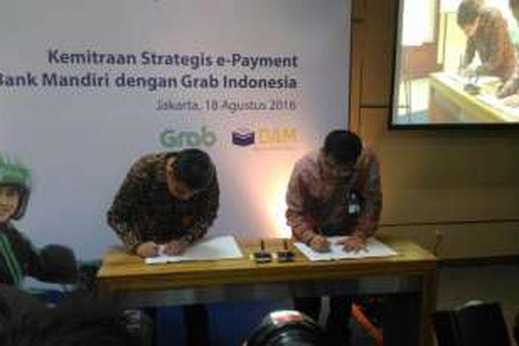 Penandatanganan Kerja Sama Sistem Pembayaran antara Bank Mandiri dengan Grab Indonesia, di Plaza Mandiri, Jakarta, (18/8/2016)