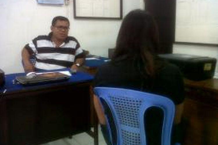 Budiyono (40), seorang Dukun Cabul (kanan, baju hitam) sedang dimintai keterangan oleh penyidik Polsek Gayamsari, Kota Semarang, Minggu (16/11/2014).