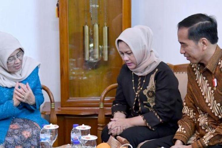 Presiden Joko Widodo dan Ibu Negara Iriana berbincang dengan istri K.H Hasyim Muzadi, Hj. Mutammimah di kediaman Hasyim, Malang, Jawa Timur, Rabu (15/3/2017). Jokowi hendak menjenguk Hasyim yang tengah terbaring sakit.