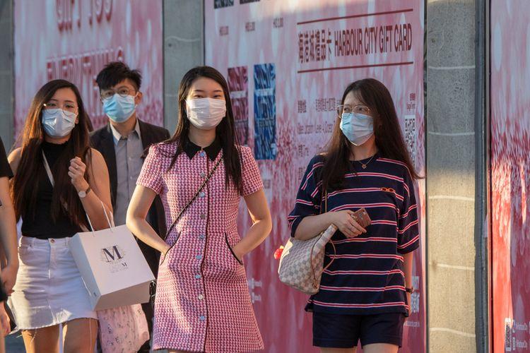 Sejumlah warga mengenakan masker di jalanan Hong Kong. Pemakaian masker kini diwajibkan di seluruh ruang publik. Foto diambil 24 Juli 2020.