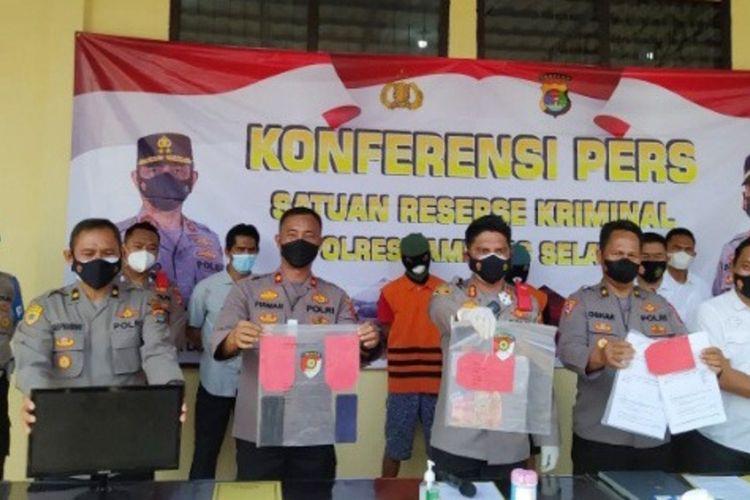 Dua pelaku pemalsu surat rapid antigen yang ditangkap di Pelabuhan Bakauheni, Lampung Selatan.