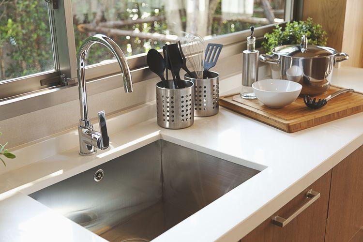Ilustrasi tempat cuci piring di dapur, wastafel dapur.