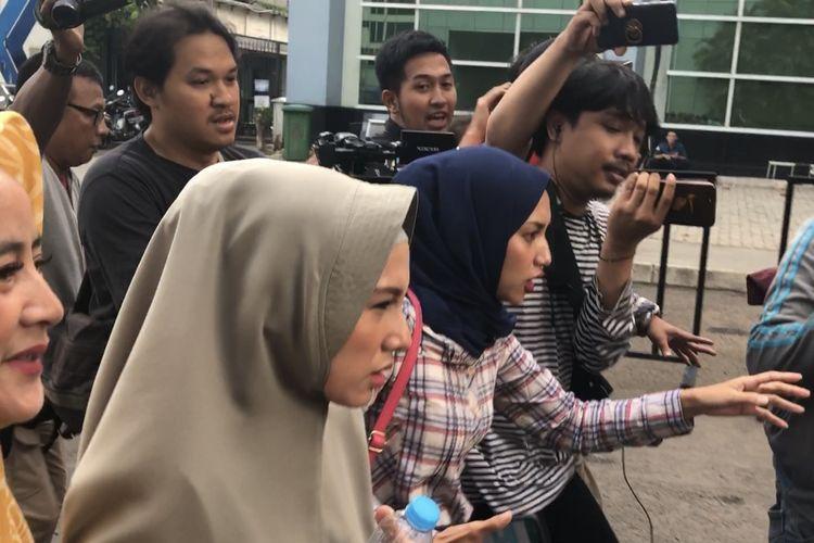 Benazir Endang dan kerabat saat dijumpai di kawasan Tendean, Jakarta Selatan, Senin (2/12/2019)