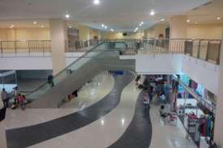 Suasana lantai dasar dan lantai mezzanine di Terminal Pulogebang, Jakarta, Selasa (27/12/2016).