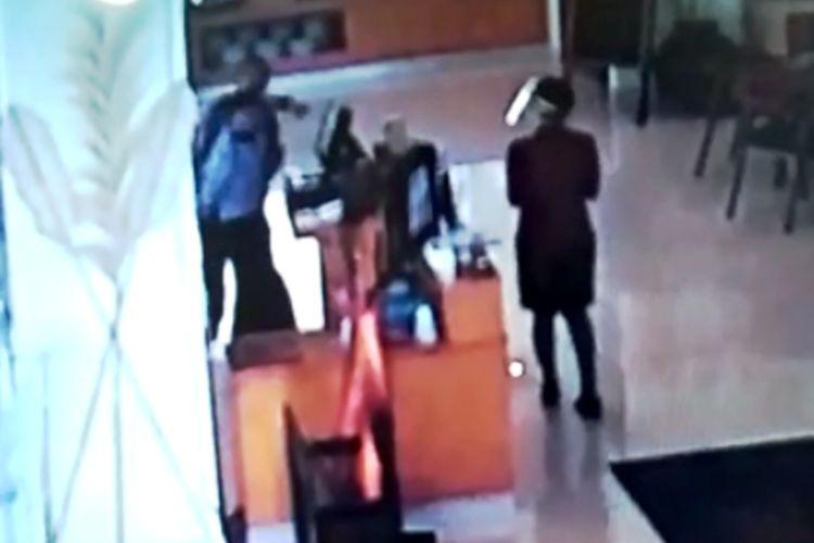 Momen saat sopir anggota DPRD Jabar memukul staf hotel di Cianjur, Jawa Barat, gara-gara teguran tak pakai masker.
