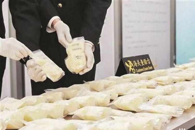Petugas bea dan cukai Quanzhou hancurkan 23 kilogram ASI beku yang ditemukan di koper bawaan salah satu warga China