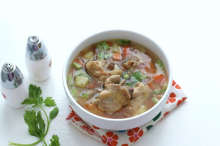 Ilustrasi sup ayam rumahan.
